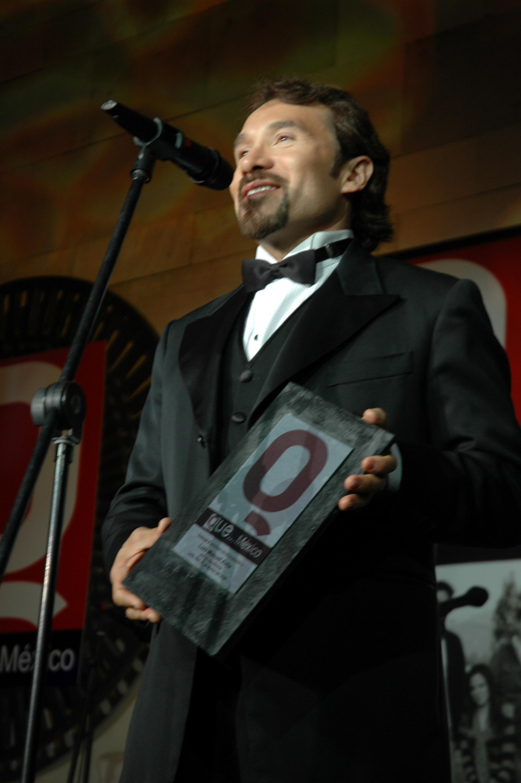 GRACIAS POR EL PREMIO de esta manera agradecio su galardón Luis Manuel Avila conocido tambien como Jr. Peluche