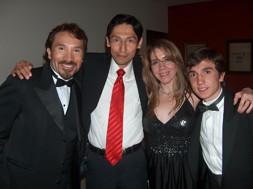 CON LA FAMILIA PELUCHE Luis Manuel Avila Jr.y Miguel Pérez con Juan Aguilera y Aurora Hernández