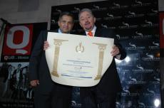 RECIBE PREMIO ENTREGADO A Q nuestro Editor Gerardo Aguirre en manos de Enrique Castillo Pesado