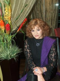 SE LLEVA BIEN CON SU MEDIA HERMANA SILVIA PASQUEL  quien es posedora de una de las voces màs bellas de México,D.F.