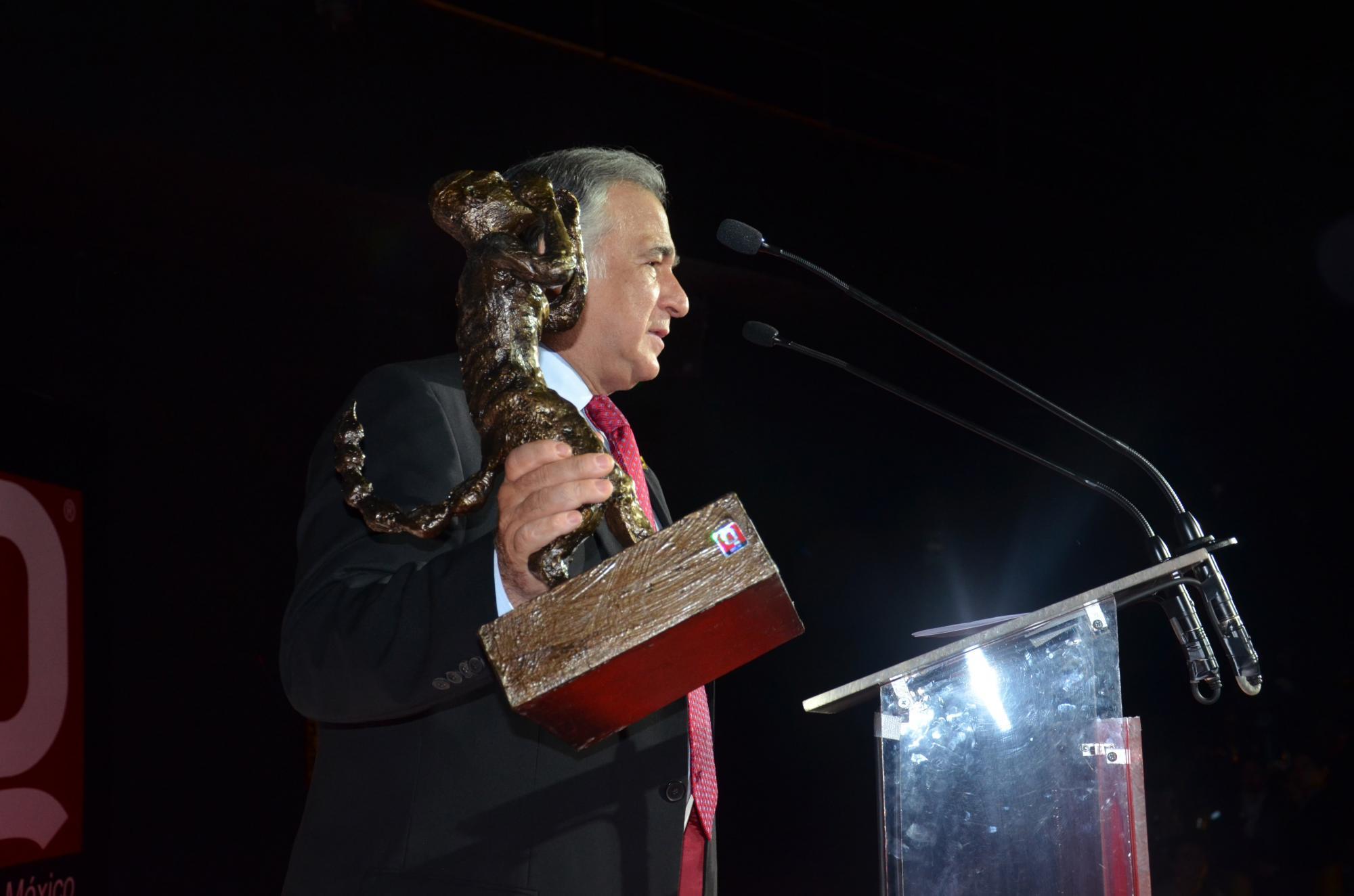 Miguel Torruco premiado por Revista Q