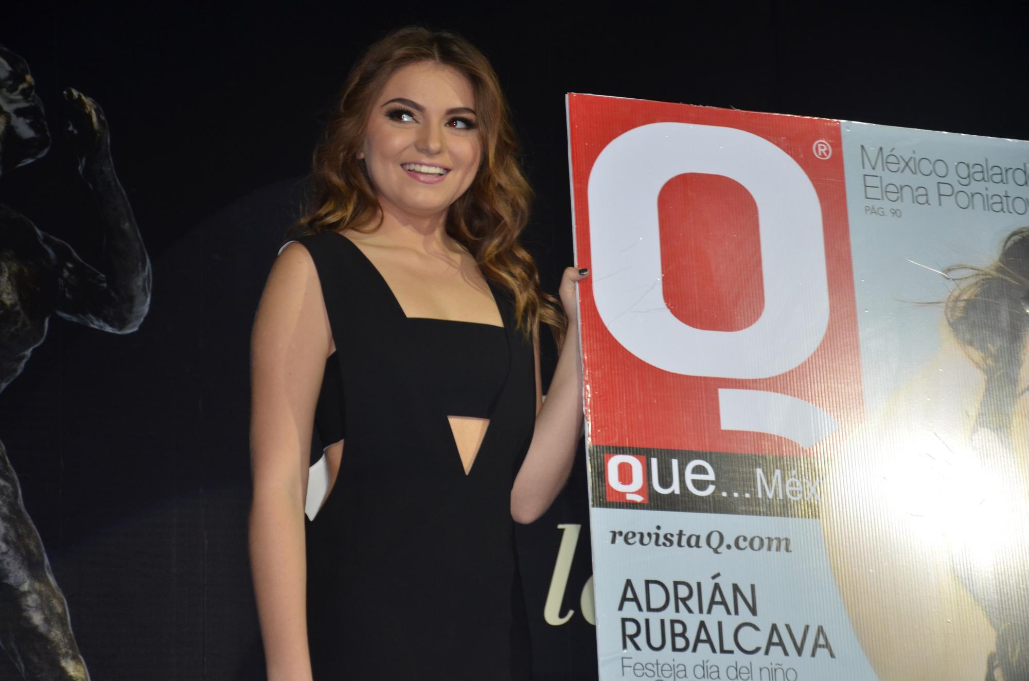 Sofía Castro sonriente con su portada