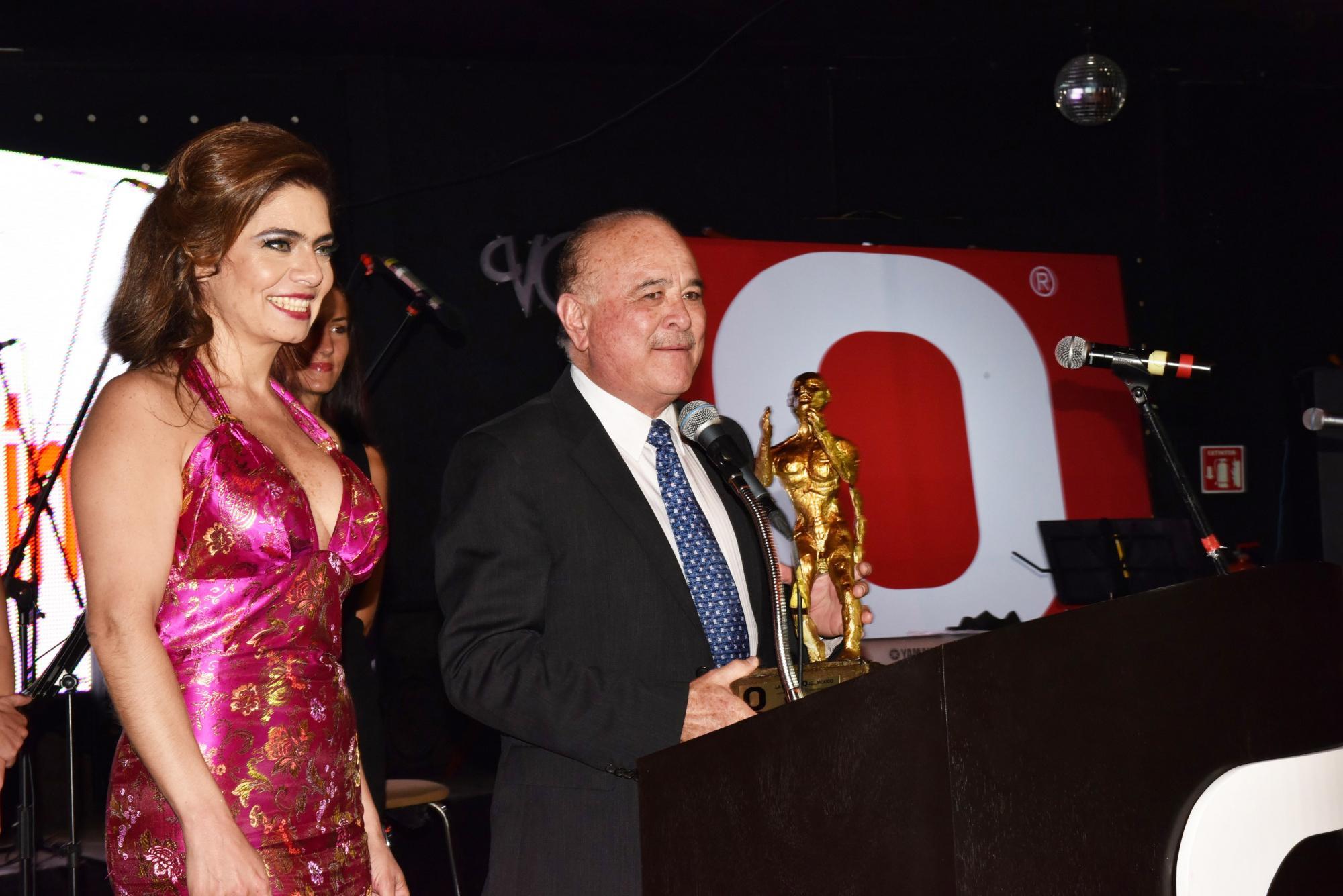 Conduciendo los premios Nayat Karam entregando premio Q al Senador Ernesto Ruffo Appel