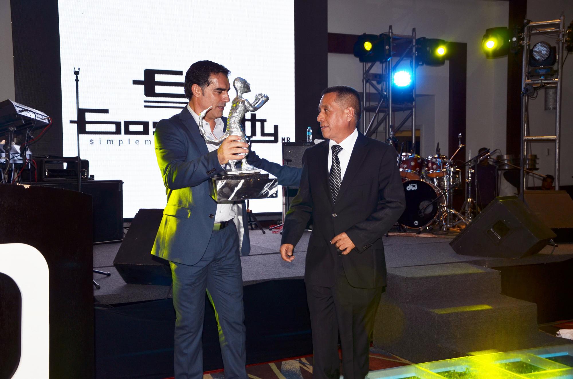 Chao entregando su premio a Víctor Téllez