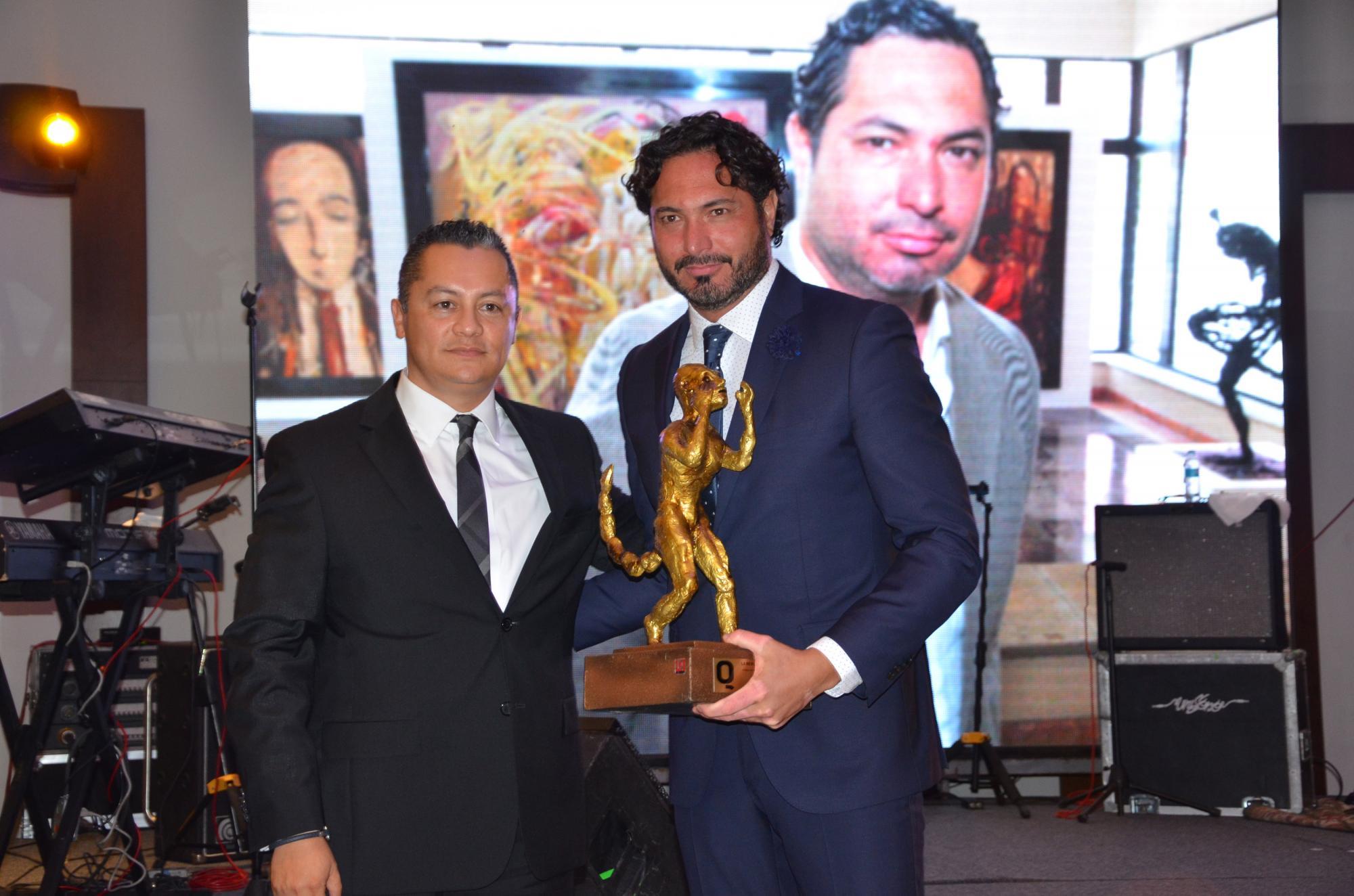 Magistrado Vicente Esqueda entregando el premio a Yuri Zatarain