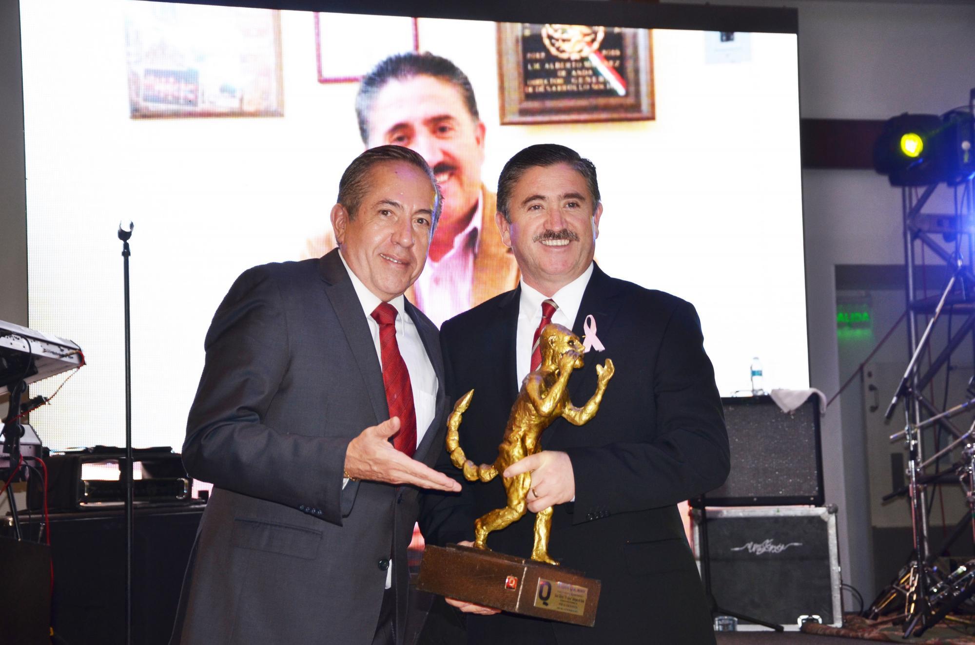 Ricardo Hill entregando el premio Q al Alcalde de Lagos de Moreno, Juan Alberto Márquez