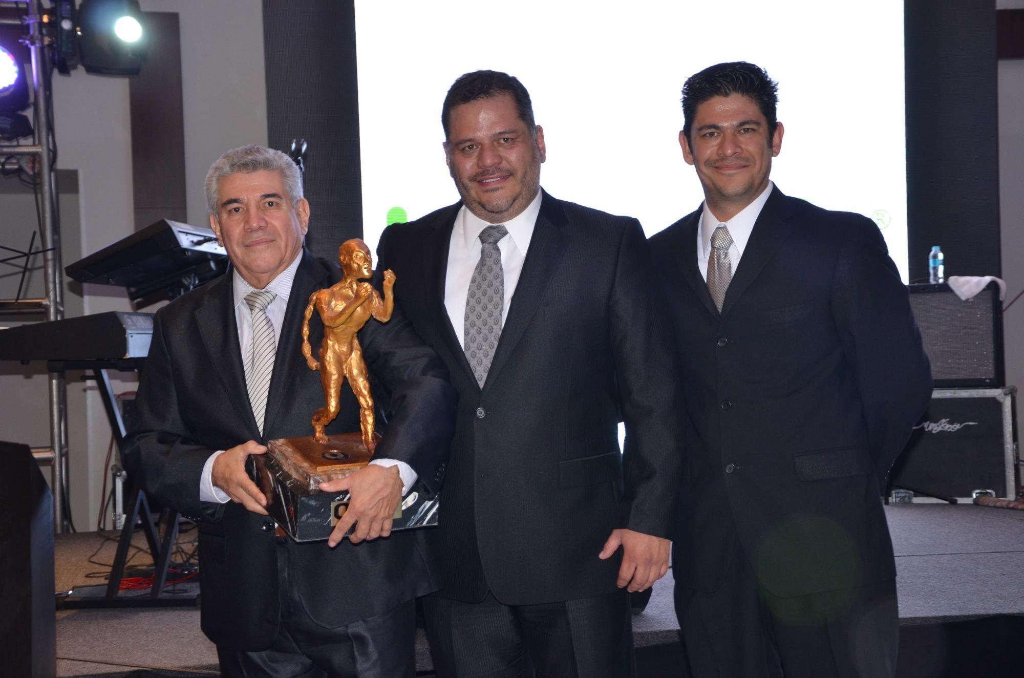 Rodolfo Durán, Fito Durán y Archi Durán con el premio Q