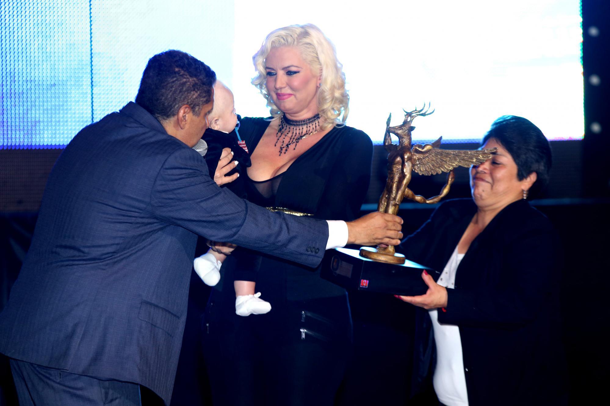 Gerardo Aguirre otorgándole el premio Q a Isabel Madow