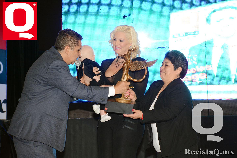 Hacen entrega del premio Q a Isabel Madow