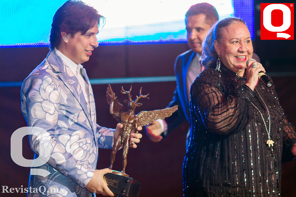 Eduardo Villegas entrega premio Q a la actriz María Prado