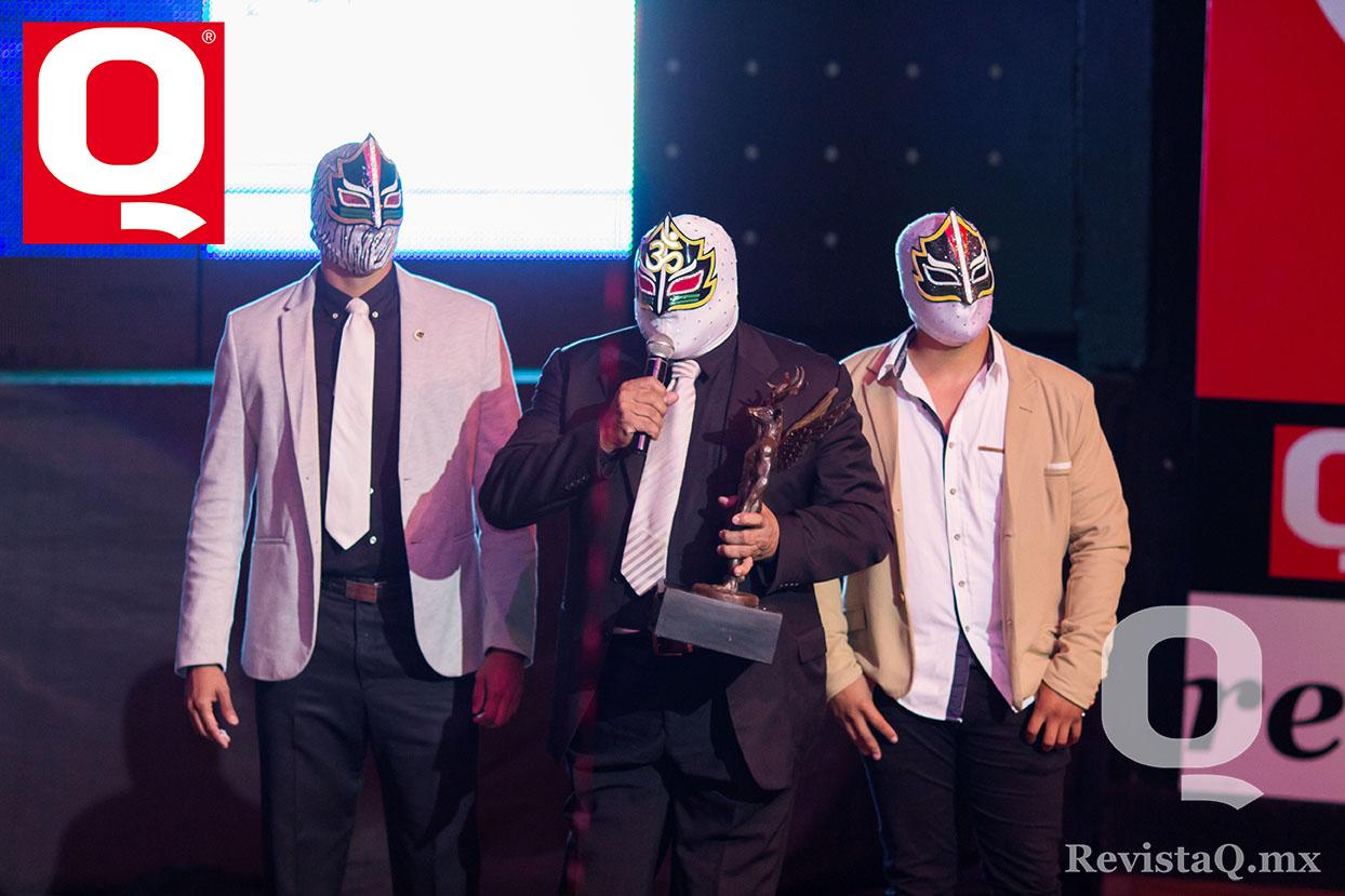 Máscara Sagrada y sus hijos en la entrega de los Premios de la Revista Q