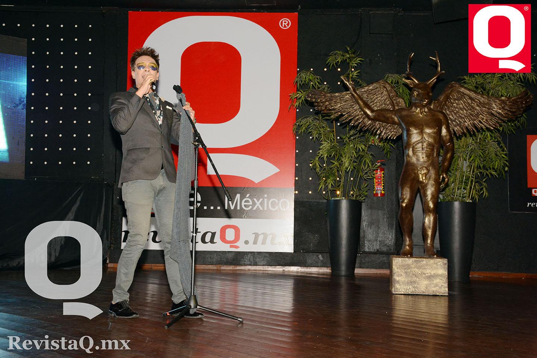 El cantante Cox  divirtió al público con sus canciones en los Premios de la Revista Q