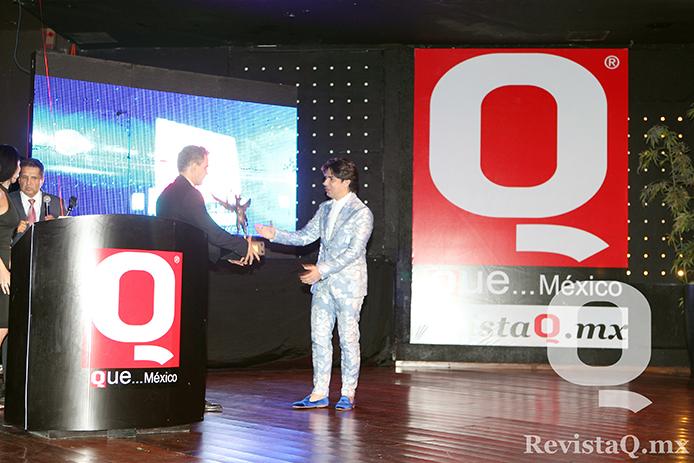 El diseñador Eduardo Villegas recibe su Premio Q