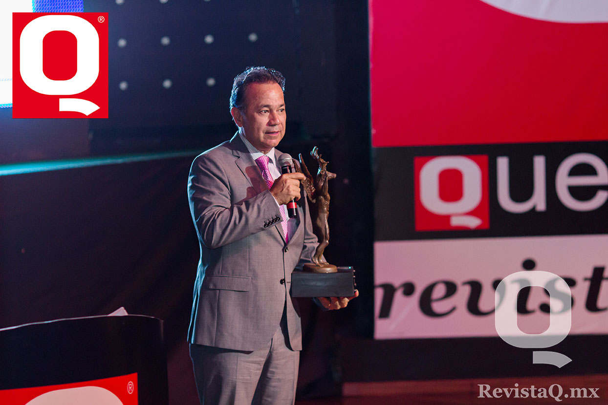 Nicandro Díaz agradece a Gerardo Aguirre por esta distinción  en los Premios Q