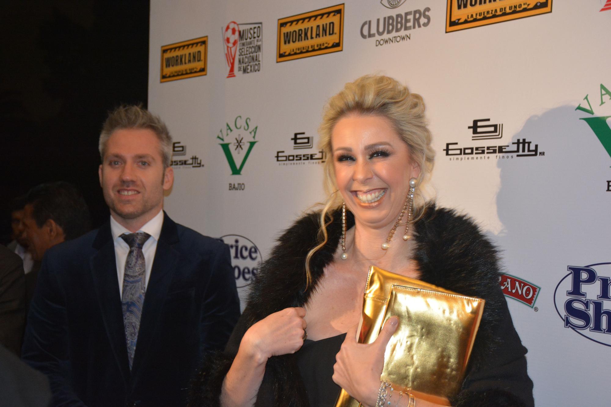 Atala Sarmiento arribando a la alfombra roja de los premios Q
