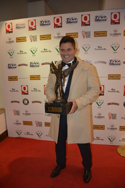 Ernesto Laguardia mostrando su presea en una noche exitosa
