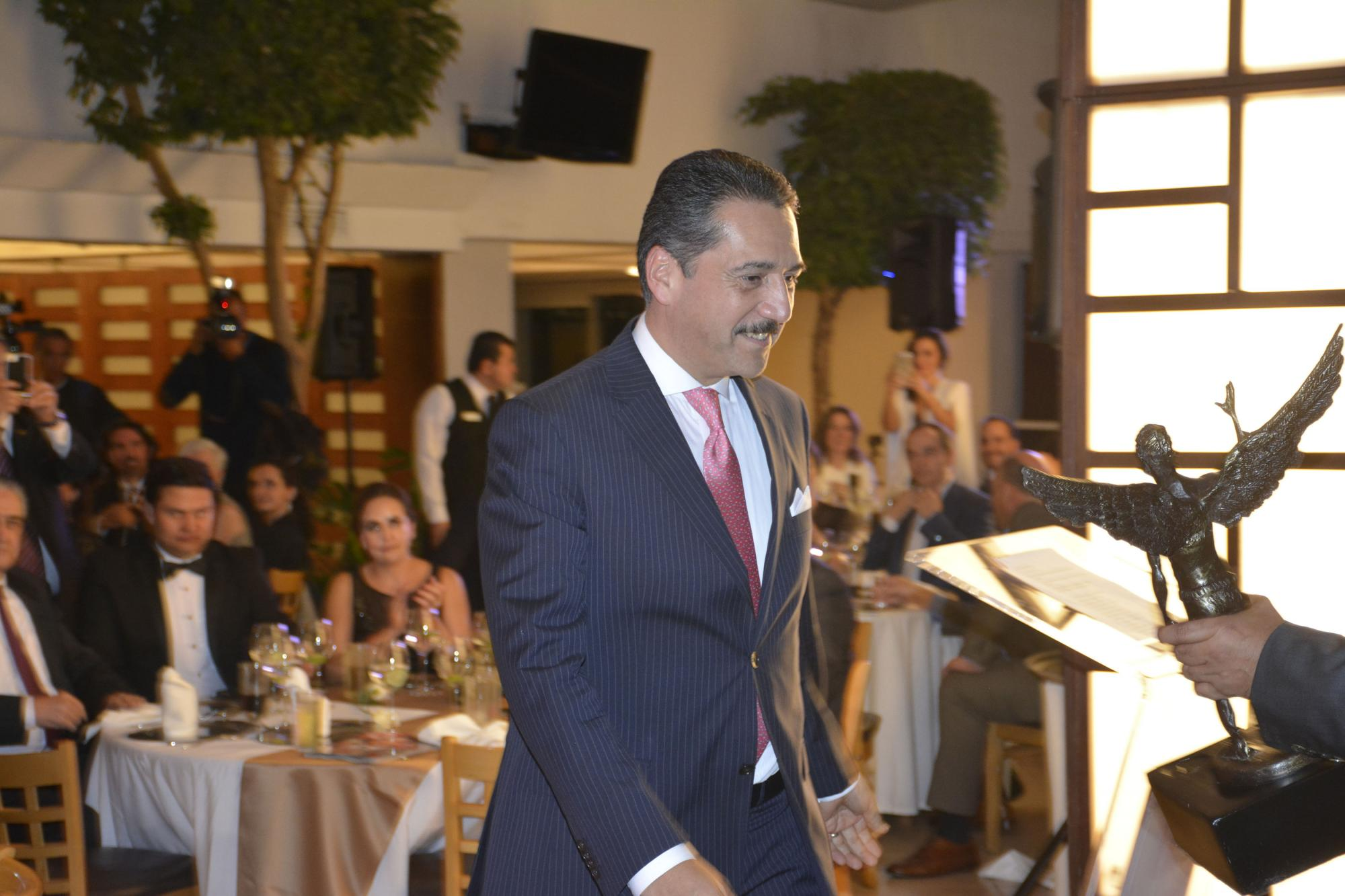 Jorge Zarza se dirige a recibir el premio Q