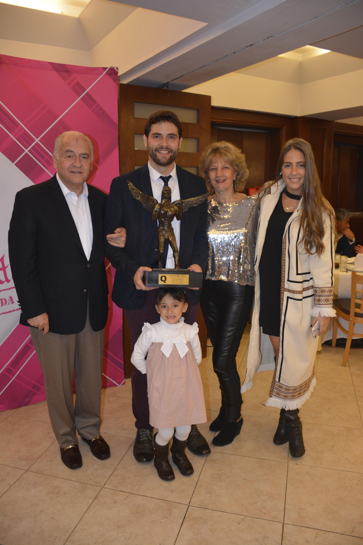 Premiado por su exitosa carrera el comentarista Memo Shutz acompañado por su familia