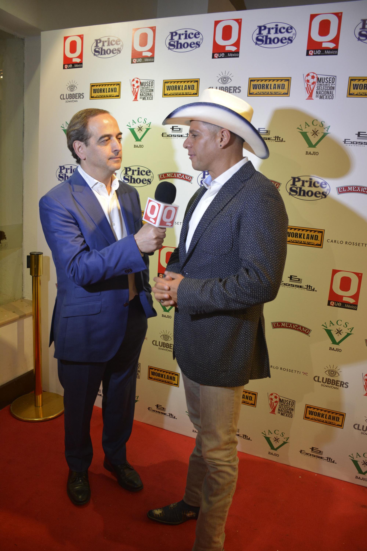 El comentarista deportivo Anselmo Alonso entrevistando al conductor Rafael Mercadante