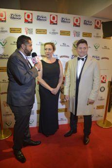Gerardo Aguirre, la Wera Reynoso con Ernesto Laguardia en la entrega de los premios Q