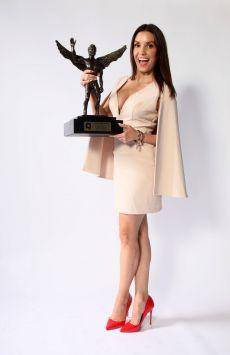 Andrea Escalona posando con su premio