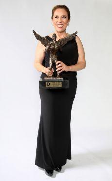La Wera Reynoso con el premio Q