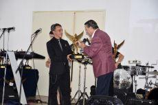 Alfredo Adame entregando el premio de la Revista Q a Roberto Sosa.
