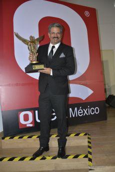 Roberto Mateos de la serie El Dragón con el premio de la Revista Q