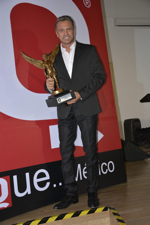 Juan Soler con la estatuilla de los premios de la Revista Q en el Soumaya