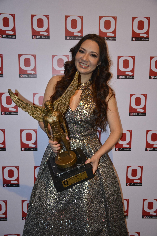 Nadia con la estatuilla de los premios de la Revista Q... QUÉ MÉXICO en el museo Soumaya